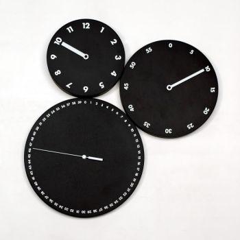 Orologio moderno da parete H:M:S: a tre dischi in legno Nero