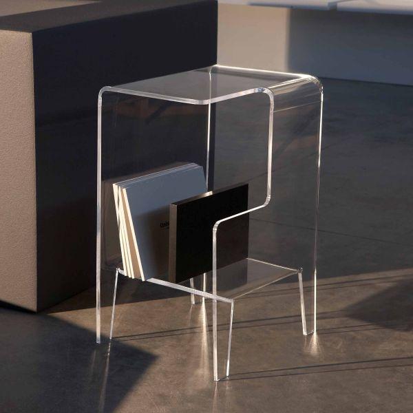 Tavolino laterale divano con portariviste in plexiglass trasparente Glove