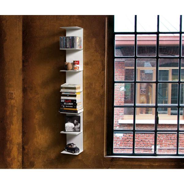 Libreria da parete bianca verticale con mensole metalliche - Parete con mensole ...