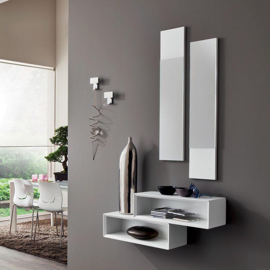 Composizione di mobili moderni per arredare un ingresso piccolo
